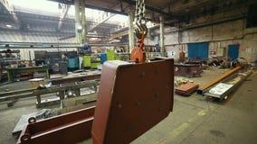 Conceito industrial Planta da construção Um gancho de levantamento grande que guarda um detalhe de levantamento do guindaste video estoque