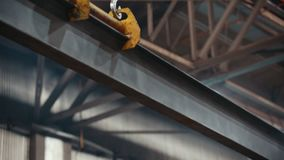 Conceito industrial Planta da construção Um guindaste move um feixe grande do ferro video estoque