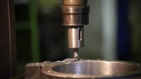 Conceito industrial Planta da construção Uma máquina que fura um furo no detalhe do ferro video estoque