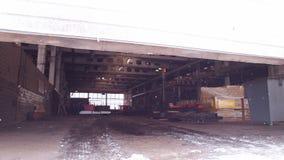 Conceito industrial A porta abre a uma planta da construção Tempo de inverno video estoque