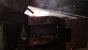 Conceito industrial Um fumo que sai do detalhe após o processo de solda filme