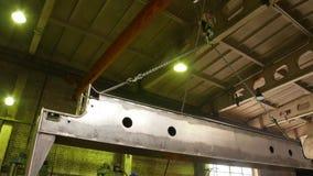 Conceito industrial Um gancho do guindaste que levanta em um detalhe grande do ferro da corrente filme