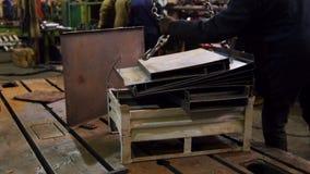 Conceito industrial Um guindaste de levantamento move os detalhes do ferro para uma equipe de trabalho filme
