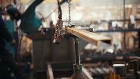 Conceito industrial Um guindaste de levantamento industrial que guarda um detalhe Um homem controla o processo filme