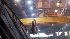 Conceito industrial Um guindaste que levanta um detalhe grande vídeos de arquivo