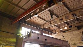 Conceito industrial Um guindaste que levanta em um detalhe grande do ferro video estoque