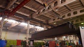 Conceito industrial Um guindaste que levanta em um detalhe grande e em movimentos do ferro ele sobre a planta da construção vídeos de arquivo