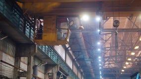 Conceito industrial Um homem controla o guindaste industrial grande na planta da constru??o filme