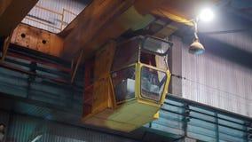 Conceito industrial Um homem controla o guindaste industrial grande filme