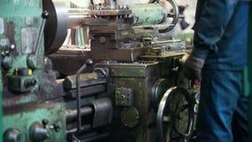 Conceito industrial Um homem que trabalha com um torno enorme em uma planta vídeos de arquivo