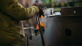 Conceito industrial Um homem que trabalha com uma máquina de solda Aquecimento acima o detalhe do metal vídeos de arquivo