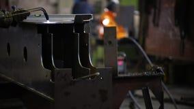 Conceito industrial Um homem que trabalha com uma máquina de solda em uma planta video estoque