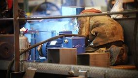 Conceito industrial Um soldador do homem na roupa de trabalho sujo que trabalha em uma planta vídeos de arquivo