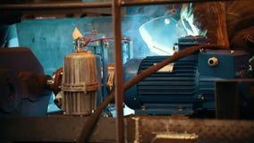 Conceito industrial Um soldador do homem na roupa de trabalho sujo que trabalha em uma planta que veste um capacete video estoque