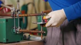 Conceito industrial Um trabalhador do homem que faz um detalhe usando um aquecimento Soldando as peças do detalhe junto vídeos de arquivo