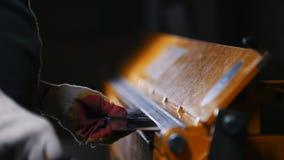 Conceito industrial Um trabalhador pôs a placa de metal na máquina da pressão vídeos de arquivo