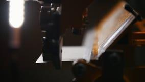 Conceito industrial Um trabalhador que faz detalhes Cortando uma placa de metal vídeos de arquivo