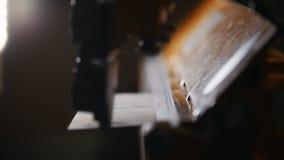 Conceito industrial Um trabalhador que faz detalhes Cortando uma placa do ferro vídeos de arquivo