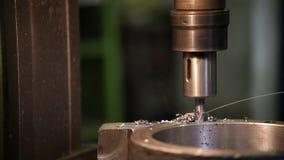 Conceito industrial Uma broca que trabalha com um detalhe metálico que faz um furo nele video estoque