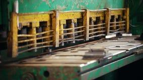 Conceito industrial Uma máquina da pressão que corta os detalhes vídeos de arquivo