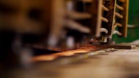 Conceito industrial Uma máquina da pressão que forma detalhes da placa do ferro video estoque