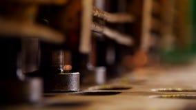 Conceito industrial Uma máquina da pressão que forma detalhes filme