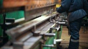 Conceito industrial Uma máquina industrial grande que deflexiona um detalhe do metal com uma imprensa O detalhe guarda o formulár vídeos de arquivo