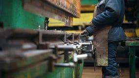 Conceito industrial Uma máquina industrial grande que deflexiona um detalhe do metal com uma imprensa video estoque