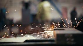 Conceito industrial Uma moedura da pessoa de trabalho video estoque