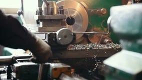 Conceito industrial Uma pessoa que trabalha com uma máquina do moedor e que corta os detalhes video estoque