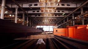 Conceito industrial Uma planta da construção Um gancho de levantamento suspendido acima do teto filme
