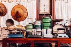 Conceito interior da casa de campo rústica do vintage - escala do peso - l fotos de stock royalty free