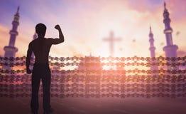 Conceito internacional do dia dos direitos humanos: A silhueta do homem levantou a liberdade religiosa das mãos imagens de stock