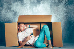 Conceito introvertido Homem que senta-se dentro da caixa imagem de stock royalty free