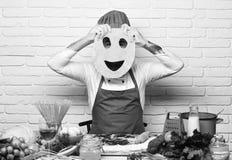 Conceito italiano da culinária Cozinheiro com a cara escondida no uniforme imagens de stock royalty free