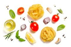 Conceito italiano da culinária - massa e ingredientes crus imagem de stock