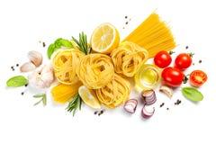 Conceito italiano da culinária - massa e ingredientes crus fotos de stock royalty free