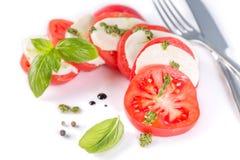 Conceito italiano da culinária - salada caprese isolada no branco foto de stock royalty free