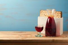 Conceito judaico da páscoa judaica do feriado com vinho e matzoh sobre o fundo azul de madeira Imagens de Stock Royalty Free