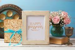 Conceito judaico de Pesah da páscoa judaica do feriado com quadro da foto do cartaz, matzoh e as flores cor-de-rosa Fotos de Stock Royalty Free