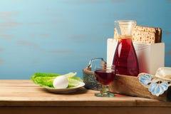 Conceito judaico do feriado da páscoa judaica com vinho, matzoh, ovo e alface sobre o fundo de madeira com espaço da cópia Fotos de Stock