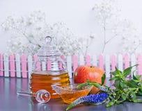 Conceito judaico, mel e maçã do ano novo de Rosh Hashanah Fotos de Stock Royalty Free