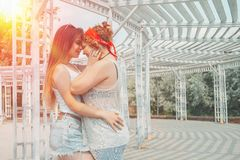 Conceito lésbica da felicidade dos momentos dos pares de LGBT fotos de stock