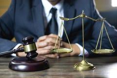 Conceito legal da lei, do conselho e da justiça, advogado de assistência masculino ou fotos de stock royalty free