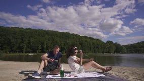 Conceito luxuoso da vida Close-up de pares loving felizes em um picnick que relaxa e que tem o divertimento com vinho e doces no video estoque