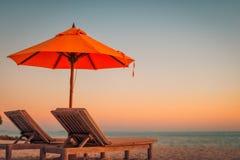 Conceito luxuoso do fundo do por do sol da praia As férias e o feriado com palmeiras e a ilha tropical encalham Imagens de Stock Royalty Free