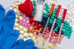 Conceito médico - comprimidos, seringa, luvas médicas, ampolas imagens de stock
