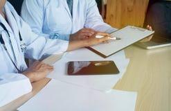 Conceito médico da reunião da equipe da rede da tecnologia Wor da mão do doutor Fotos de Stock Royalty Free