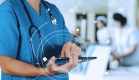 Conceito médico da tecnologia Doutor esperto que usa COM digital da tabuleta fotografia de stock