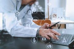 Conceito médico da tecnologia Doutor que trabalha com telefone esperto e fotos de stock royalty free
